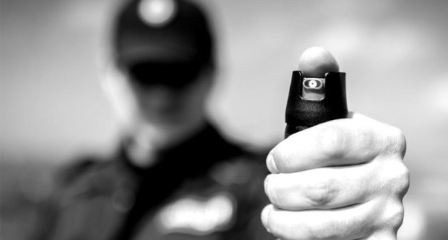 A-police-officer-with-pepper-spray-Shutterstock-800x430